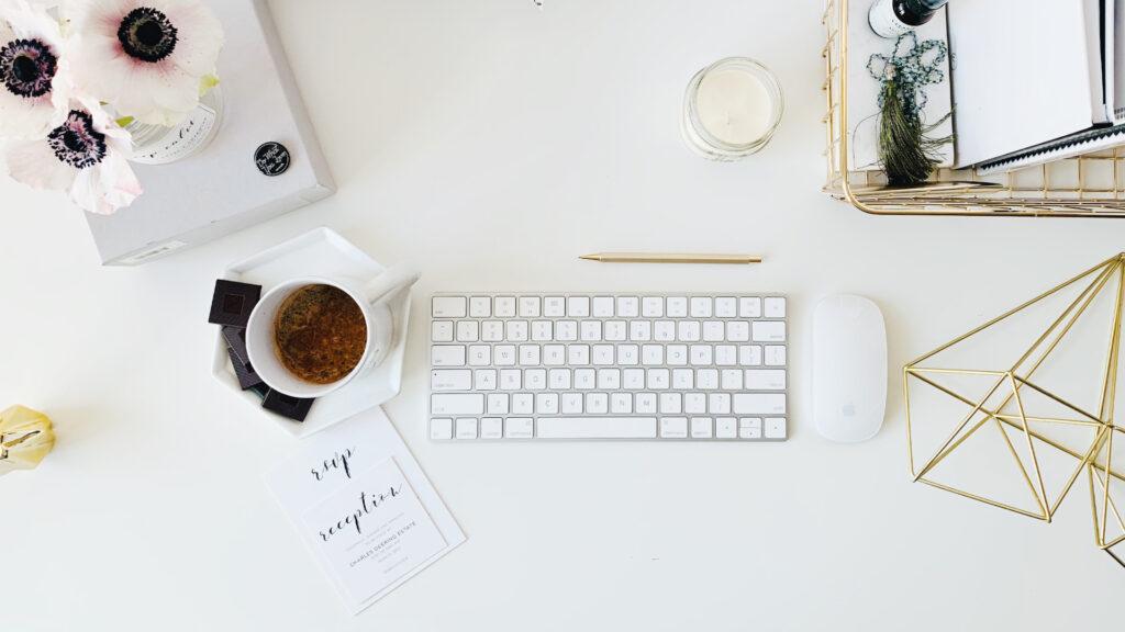 Bureau avec un clavier et une souris Apple - CamilleDavidp15