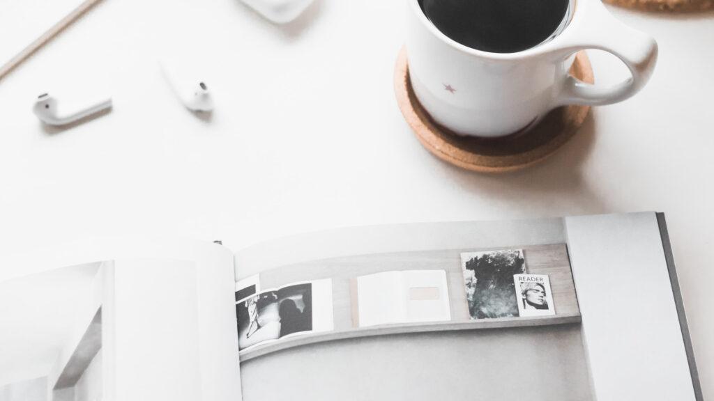 Tasse à café sur une table avec un livre - Camille.Davidp15